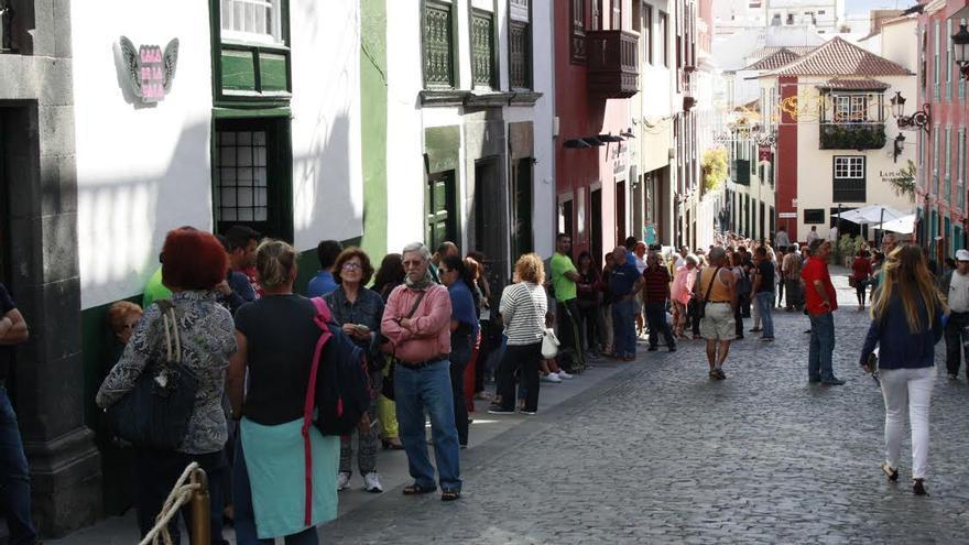 En la imagen, cola en la mañana de este jueven en  el primer día de venta de entradas para la Danza de Los Enanos.