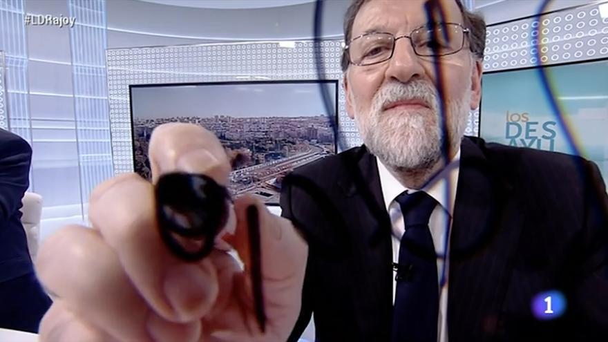 Rajoy firmando la cámara en Los Desayunos de TVE