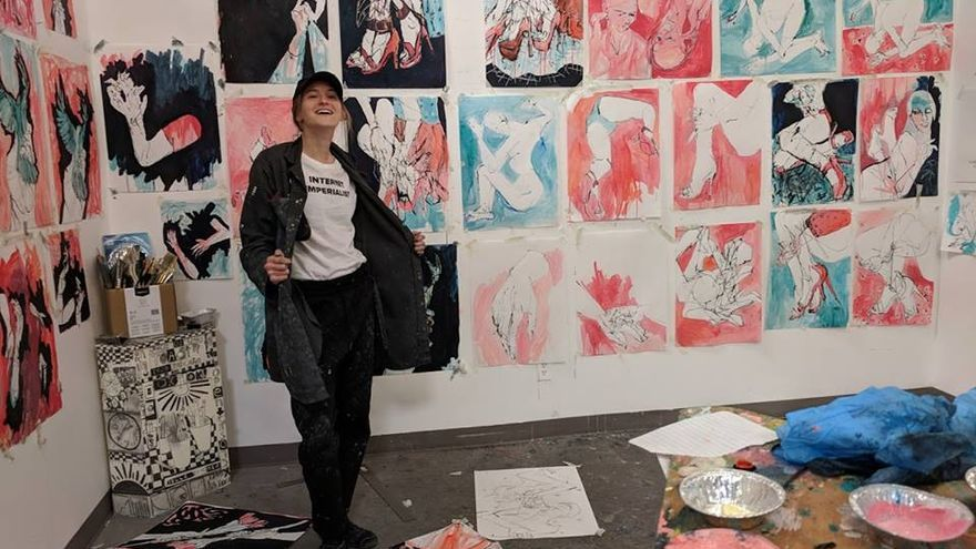 Gretchen Andrew junto a varias de sus últimas obras