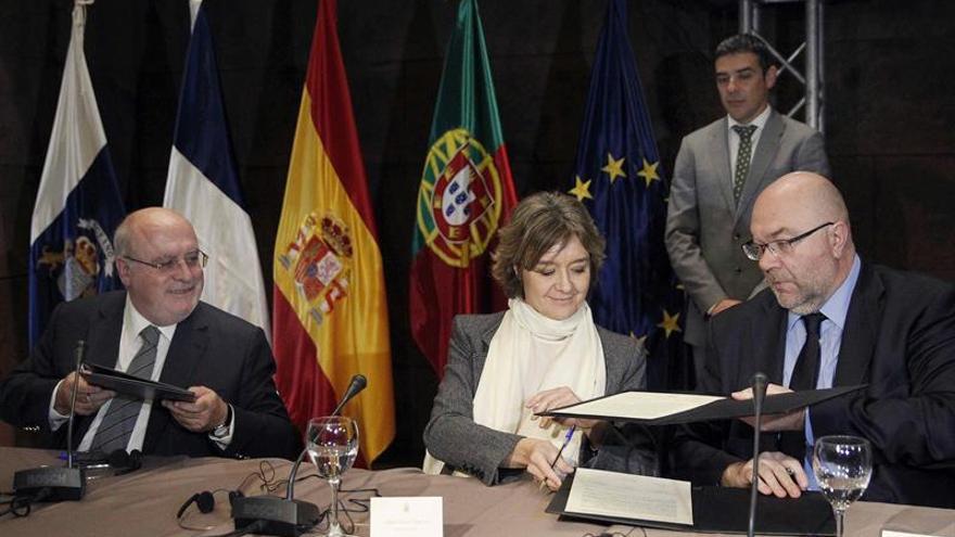Los ministros de Agricultura de España, Isabel García Tejerina, de Francia, Jacques Mézard (derecha), y de Portugal, Luis Capoulas Santos, este lunes en Santa Cruz