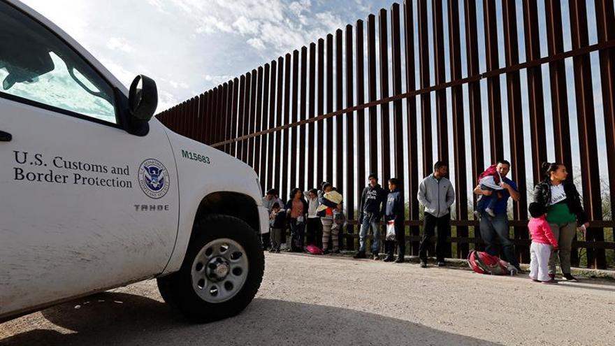 Cientos de inmigrantes en la frontera de EE.UU. serán enviados al sur de Florida