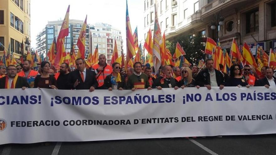 Cabecera de la manifestación anticatalnista en Valencia.