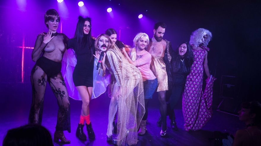 Los miembros de Futuroa (Luna León, Estel, Licorka Fey, Golfinho, Galaxia Blackhole, Bwfondah y Bruce) con la artista Conxxa Vitoy