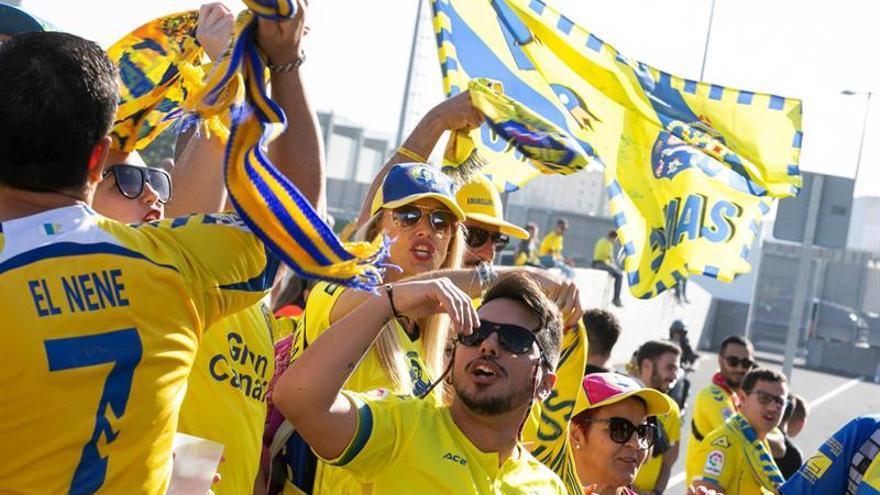 Aficionados de la UD Las Palmas antes del inicio del partido ante el CD Tenerife