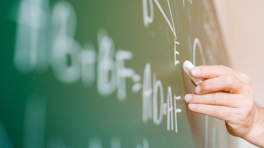 Imagen de archivo de un profesor en el aula.