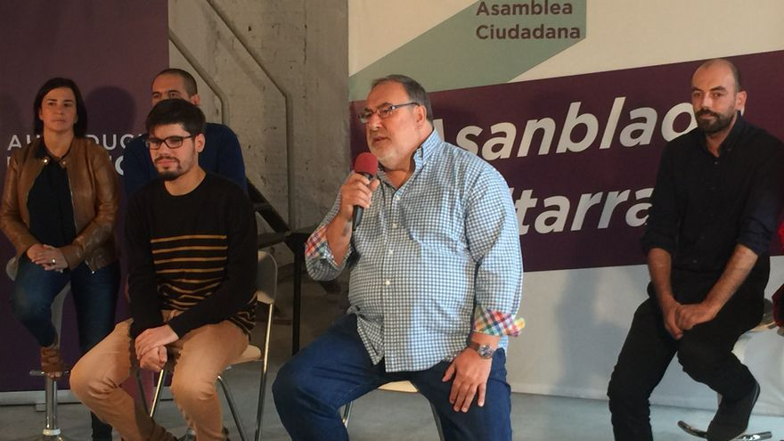 El parlamentario Juan Luis Uria, micrófono en mano, junto a Lander Martínez, en la presentación del equipo técnico de la Asamblea Ciudadana.
