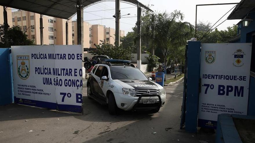Militares apoyados por buques de la Marina lanzan una operación contra el tráfico de drogas en Río