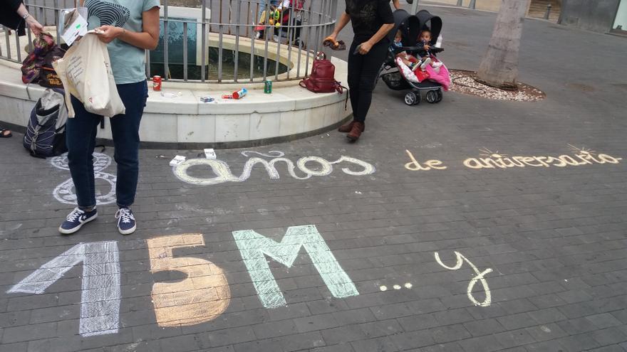 Mensajes colocados en el suelo de la plaza de la Candelaria con tizas de colores, el miércoles 15 de mayo