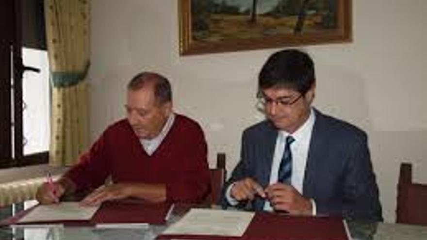 Juan Ávila, alcalde de Cuenca, con encargado de Cáritas en la firma de un convenio / Foto: Ayuntamiento