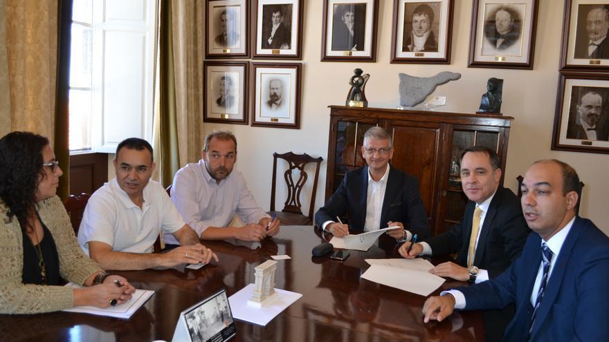 Firma del convenio entre el Ayuntamiento de La Orotava y La Caixa.