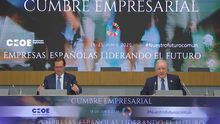 El presidente de la Confederación Nacional de la Construcción (CNC), Juan Lazcano, junto al presidente de la CEOE, Antonio Garamendi, durante la cumbre empresarial para la recuperación económica.