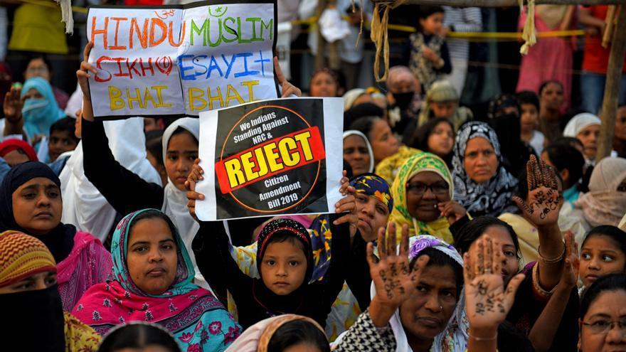 18 de enero de 2020, India, Calcuta: mujeres musulmanas sostienen pancartas durante una manifestación contra la Ley de Enmienda de la Ciudadanía (CAA).