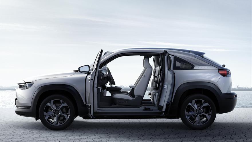 En el exterior del Mazda MX-30, destacan unas puertas traseras que se abren en sentido contrario a la marcha.