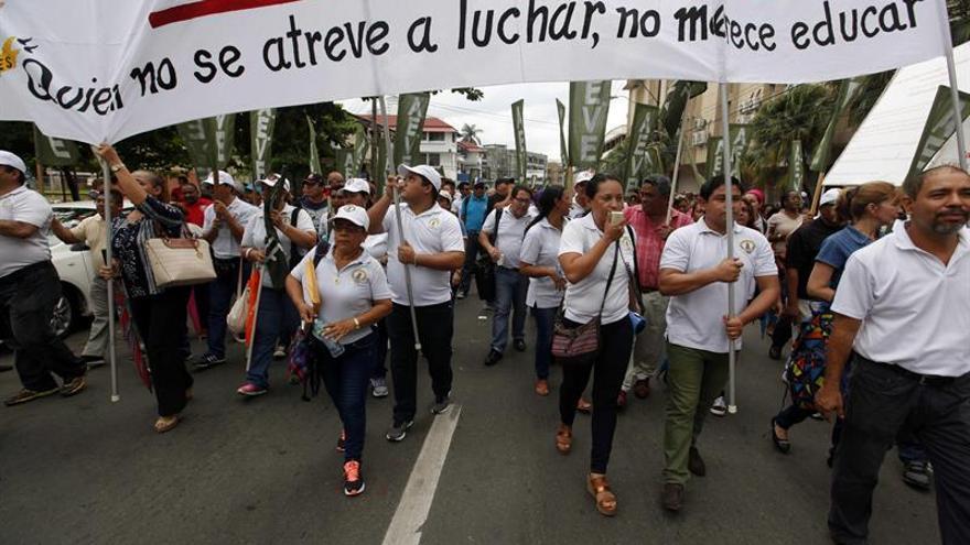 Gremios de educadores protestan por incumplimiento del Gobierno panameño