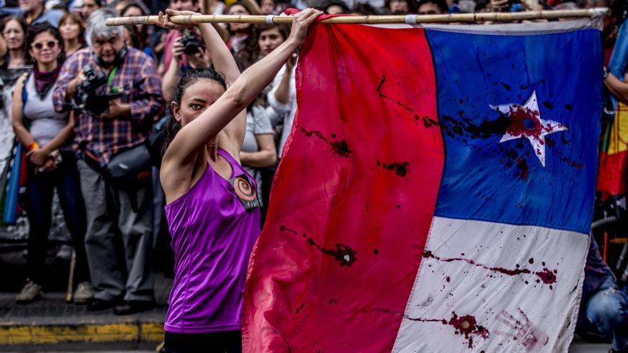 Una mujer en las protestas en Chile