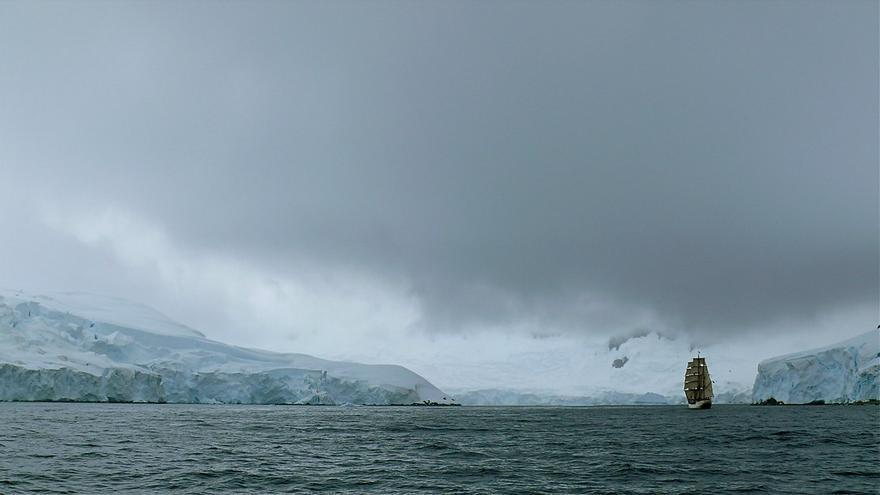 Un velero cruza uno de los estrechos de las Shetland. 23am.com