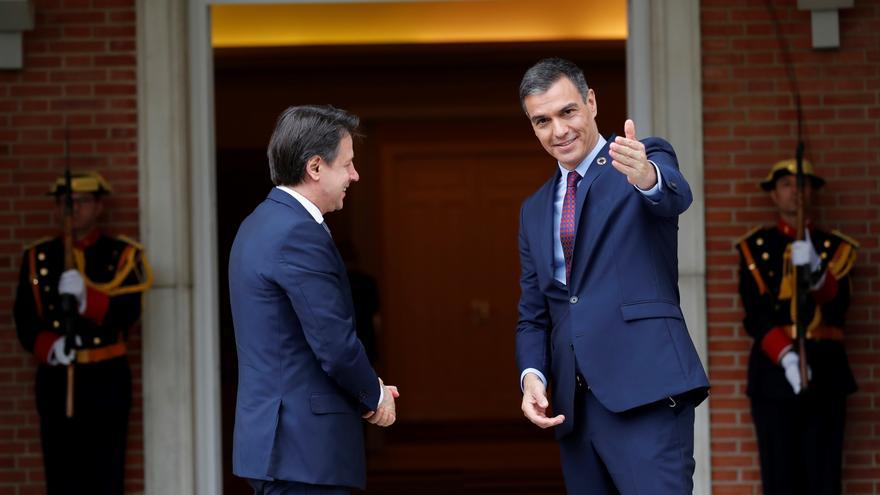 El presidente del Gobierno, Pedro Sánchez (d), recibe al primer ministro italiano, Giuseppe Conte (i), en el Palacio de la Moncloa, este miércoles.