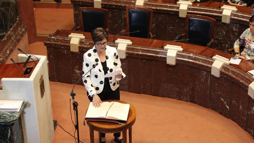 El gesto: la socialista Rosa Peñalver, nueva presidenta de la Asamblea Regional de Murcia, ha girado la Constitución para no prometer de espaldas a la ciudadanía / PSS