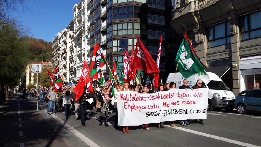 Trabajadores de Osakidetza de Gipuzkoa se manifiestan durante la jornada de huelga.