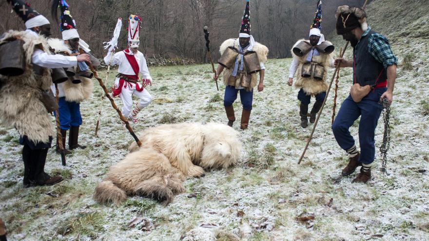 La Vijanera celebra en Silió el primer carnaval de Europa.   JOAQUÍN GÓMEZ SASTRE