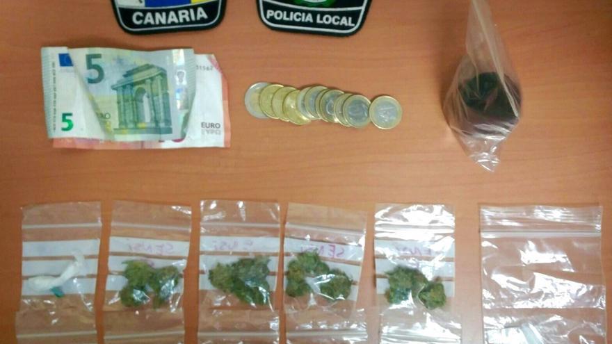 Un joven detenido y otros dos denunciados por tenencia de drogas en Las Palmas de Gran Canaria.