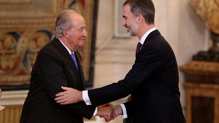 Felipe VI y Juan Carlos I en una fotografía de archivo
