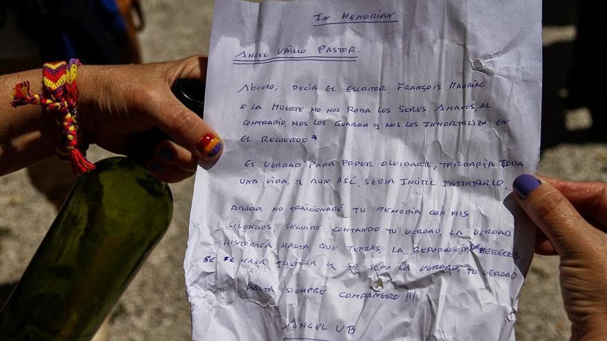 Carta de un nieto para ser introducida en una botella en un acto frente al Fuerte de San Cristóbal / Foto: Óscar Rodríguez