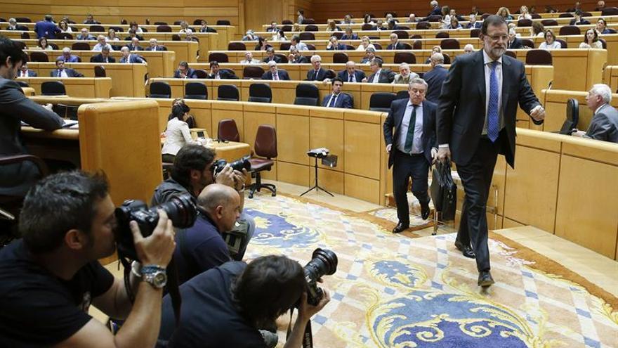 El presidente del Gobierno, Mariano Rajoy, abandona el hemiciclo al término del pleno del Senado. (EFE/Kiko Huesca)