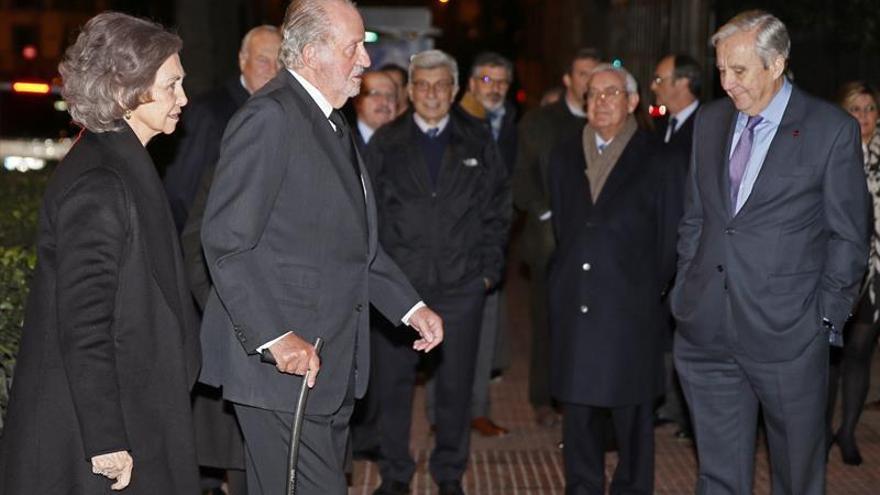 Los reyes Juan Carlos y Sofía acuden al funeral de Sanchez Asiaín