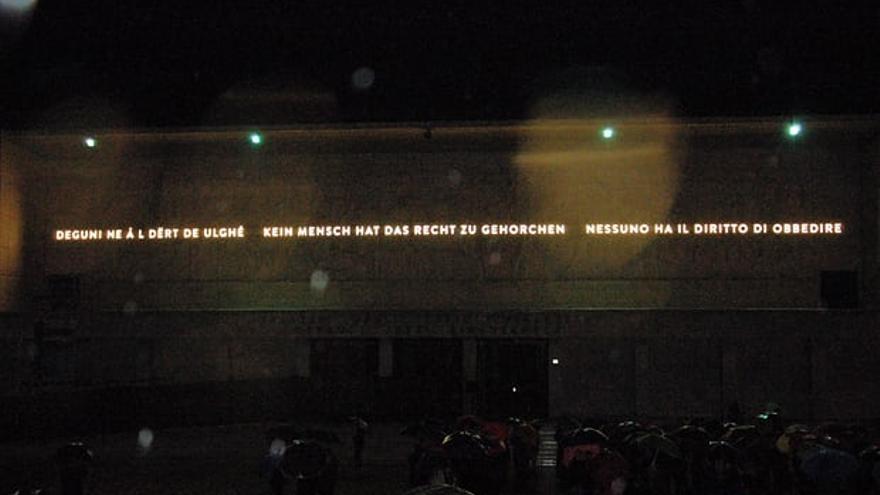 """La nueva inscripción dice: """"Nadie tiene el derecho a obedecer"""""""