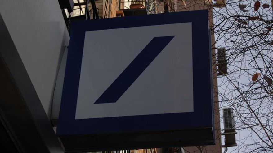 S&P rebaja las perspectivas de Deutsche Bank de estables a negativas