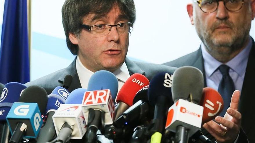 Puigdemont pide a Rajoy que pase al diálogo tras las elecciones catalanas
