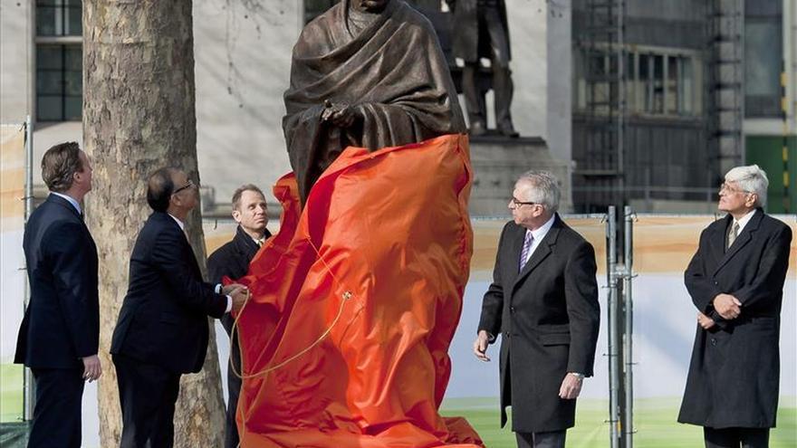Instalan una estatua de Gandhi frente al Parlamento británico