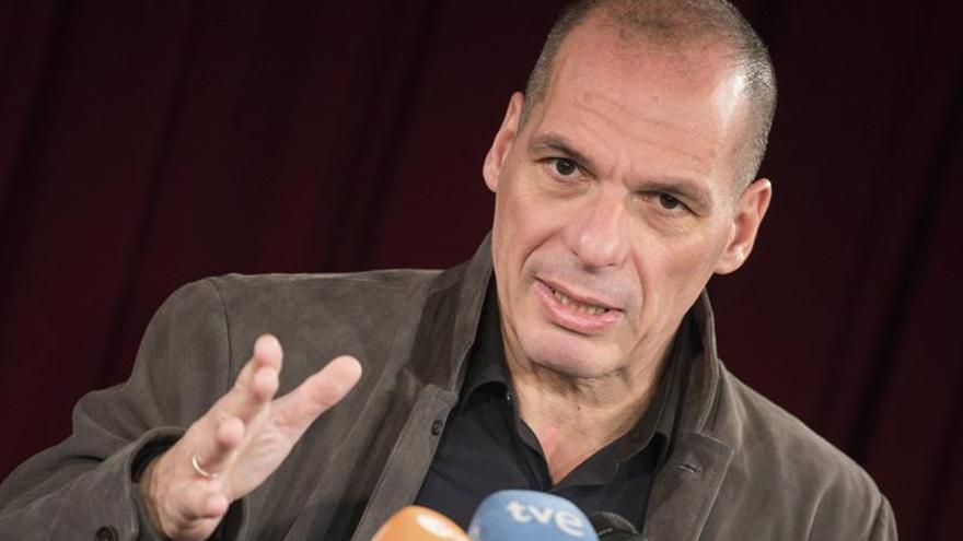 Varufakis pide votar a Macron, único ministro de la UE que le ayudó en el rescate