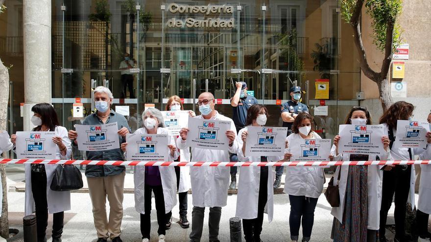 Un grupo de sanitarios se manifiesta en defensa de la atención primaria.