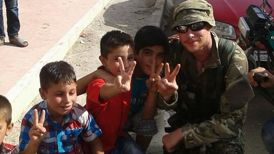 Robinson, con varios niños en Kobane (Siria)