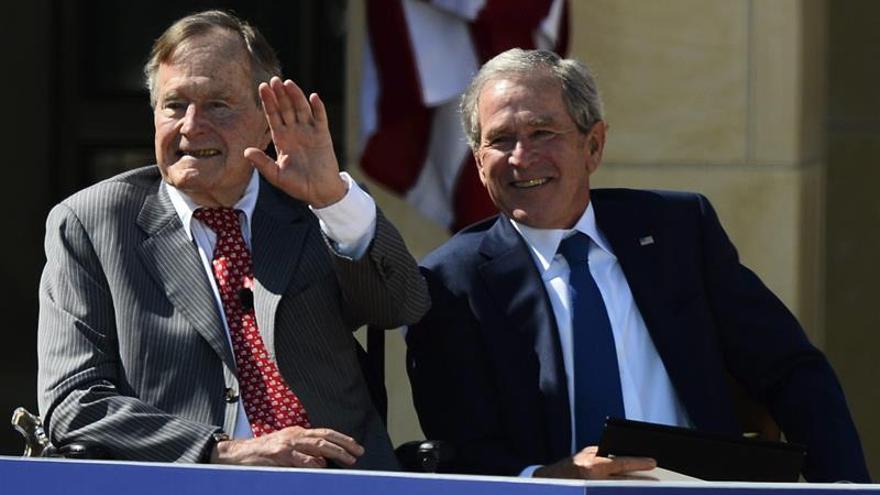 """Los expresidentes Bush llaman a rechazar el """"antisemitismo y el odio"""" en EE.UU."""