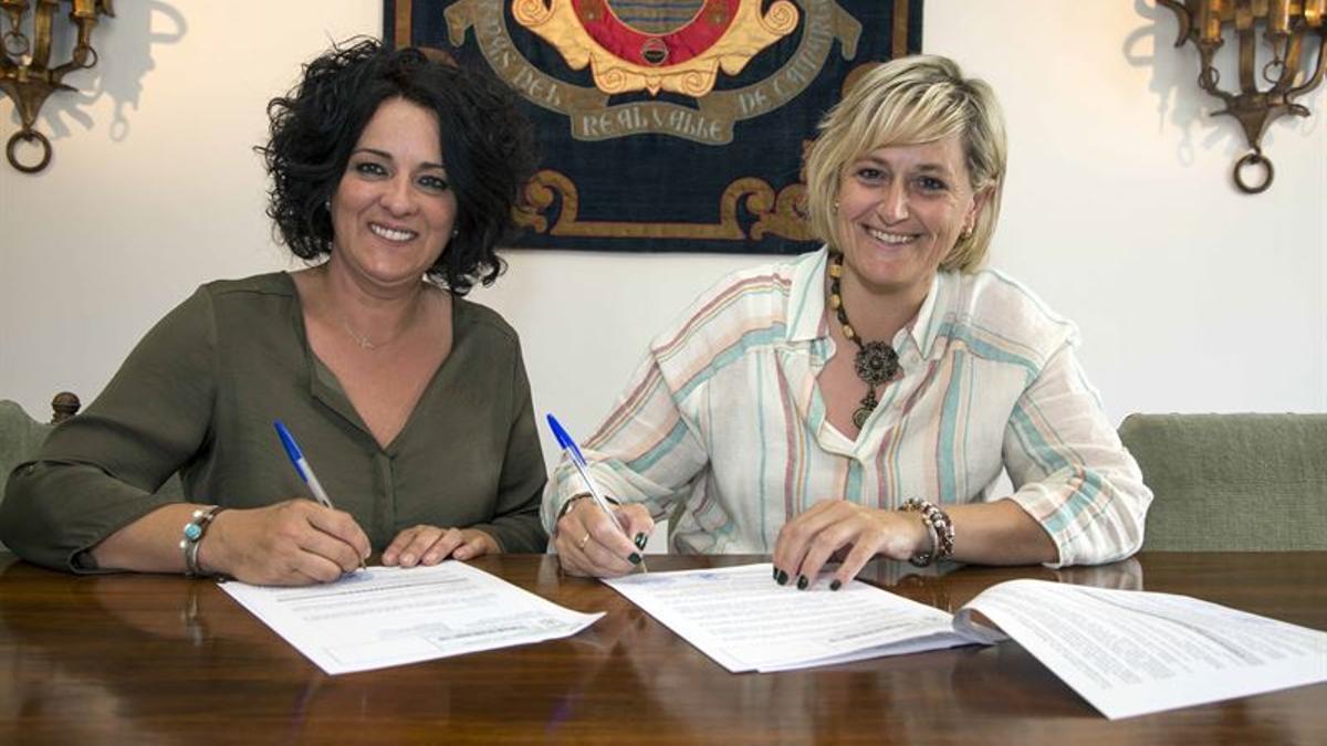 La alcaldesa de Camargo, Esther Bolado, y la presidenta de la Junta Vecinal de Escobedo, María Ángeles Vía.