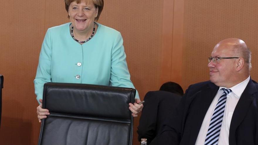 """Berlín pide """"no sobreinterpretar"""" que Trump no estrechase la mano a Merkel"""