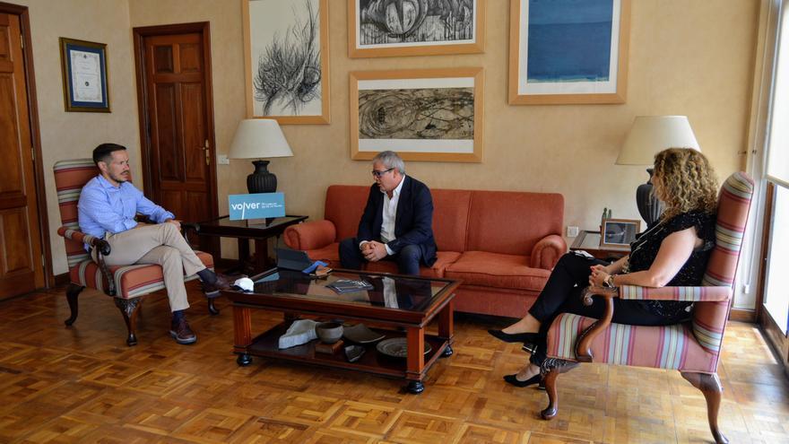 Mariano Hernández Zapata, presidente del Cabildo de La Palma; Juan Carlos Arricivita, presidente de la Asociación de Trabajadores Autónomos (ATA) de Canarias; y Raquel Díaz, consejera de Promoción Económica, Comercio y Empleo.