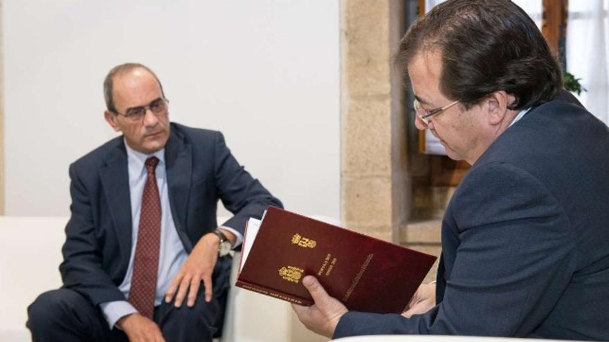 El presidente de la Junta de Extremadura, Guillermo Fernández Vara, ha recibido en Mérida, de manos del fiscal superior de la Comunidad Autónoma, Aurelio Blanco Peñalver, la Memoria Anual de esta institución
