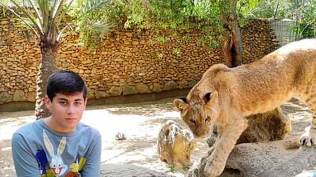 Andrés junto al león Tirión que ha apadrinado.