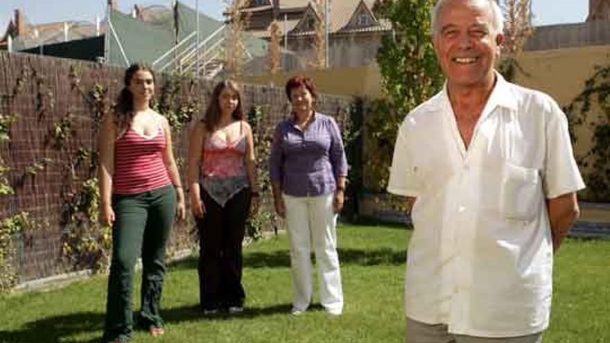 Julio Pinillos, cura casado, con su familia