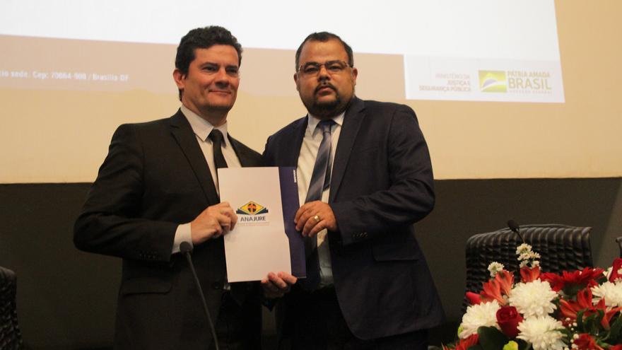 Sérgio Moro, ministro de Justicia, recibe una carta de apoyo a su prropuesta de lucha contra el crimen por parte de la Asociación de Juristas Evangélicos.