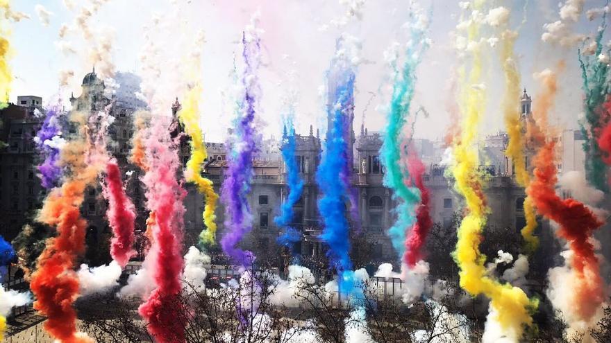 La pirotecnia Vulcano ha homenajeado al colectivo LGTB con los colores de la mascletà lanzada el 14 de marzo de 2017.