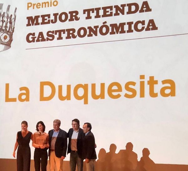 Equipo de La Duquesita recogiendo el premio a la mejor tienda gastronómica | Fotografía: La Duquesita