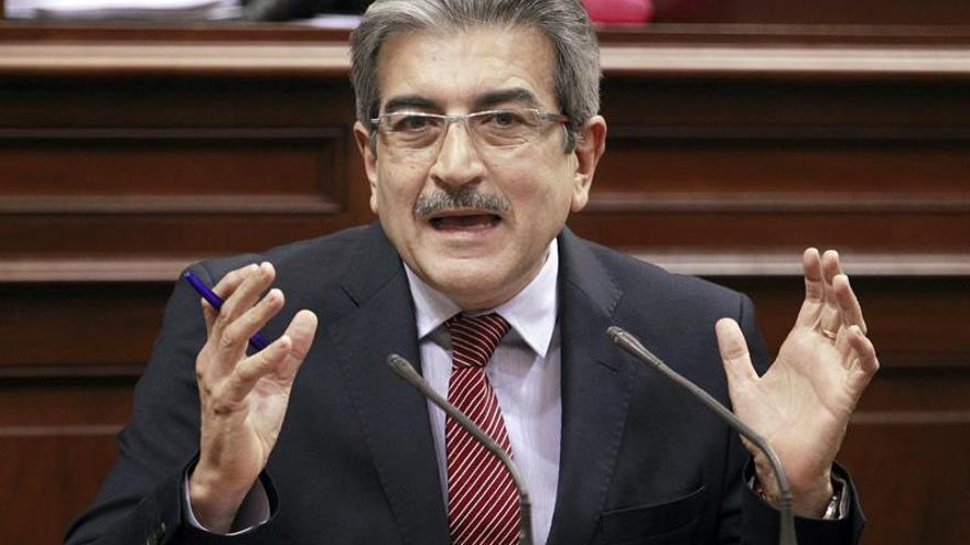 Román Rodríguez (Nueva Canarias) en una de sus intervenciones en el pleno del Parlamento./ EFE (Cristóbal García)