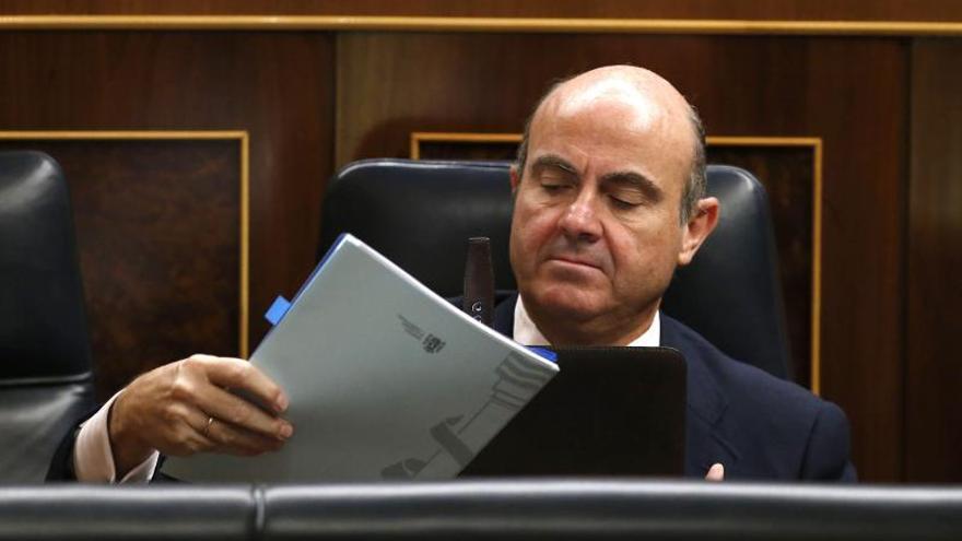 """De Guindos dice que el dato del PIB del 0,3 por ciento """"refuerza la recuperación"""""""