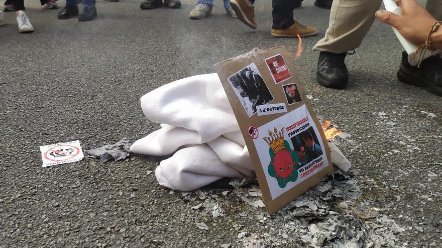 Queman fotos del Rey y del presidente del Gobierno Pedro Sánchez en la manifestación contra su visita a Barcelona.