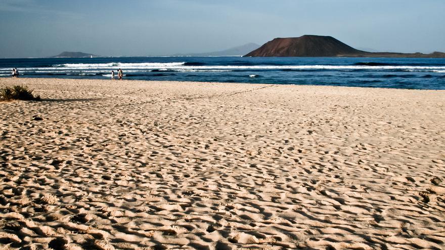 La Isla de Lobos frente a la Playa de Corralejo, en Fuerteventura. VIAJAR AHORA